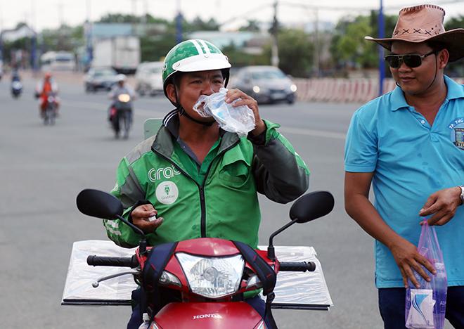 """Lễ hội """"có một không hai"""" ở VN: Chạy ra đường """"năn nỉ"""" khách uống nước miễn phí - 4"""
