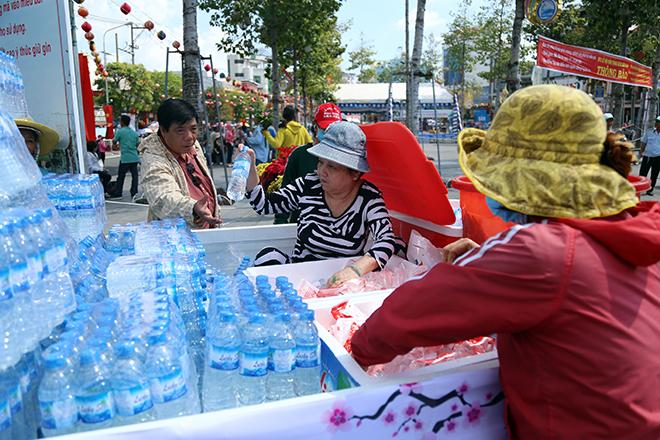 """Lễ hội """"có một không hai"""" ở VN: Chạy ra đường """"năn nỉ"""" khách uống nước miễn phí - 8"""