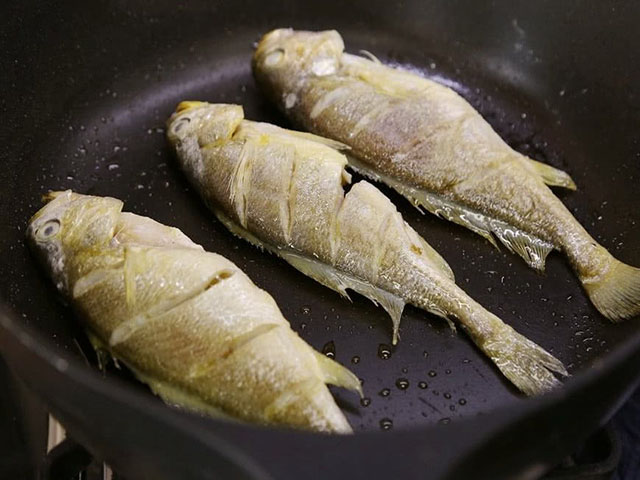 Chỉ cần thêm 1 thứ này thì chẳng còn lo món cá chiên dầu bắn tung tóe, lâu vàng - 6
