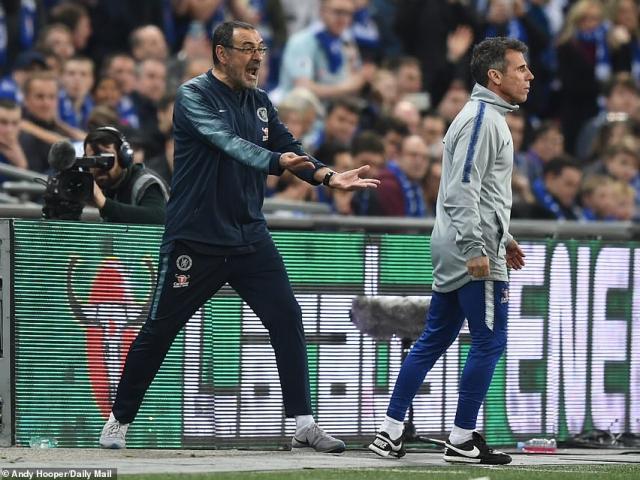 """Chelsea thua Man City Cúp Liên đoàn: HLV Sarri bị học trò """"bật"""" trên sân"""