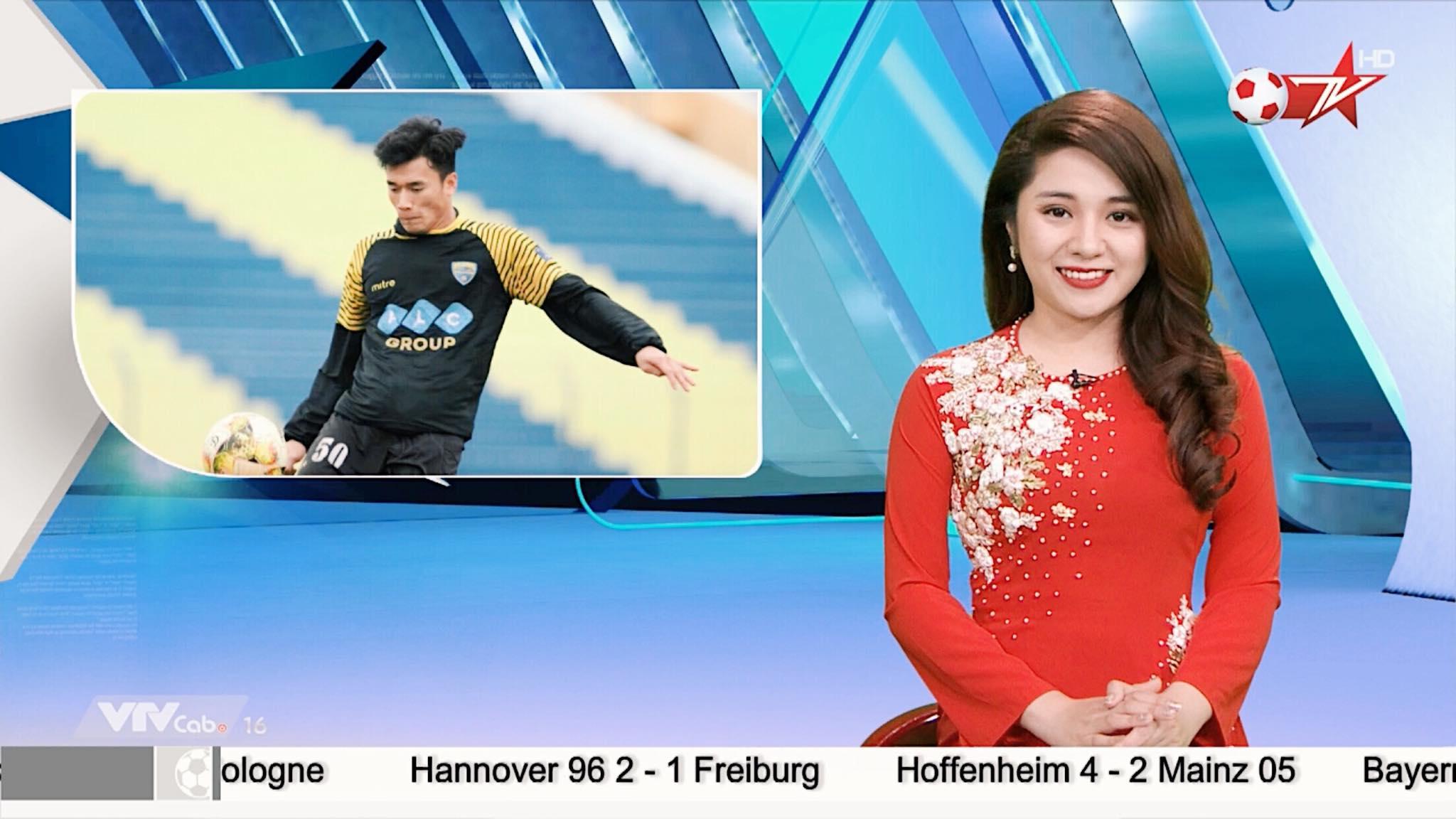 Nữ MC thể thao ăn mặc quá gợi cảm trên sóng truyền hình Việt là ai? - 4