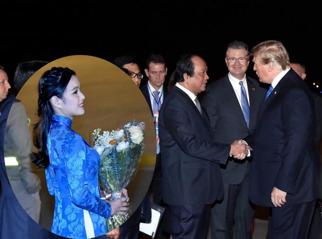 Bí mật áo dài thêu vàng 24K hoa khôi nữ sinh mặc khi tặng hoa Tổng thống Trump - 1