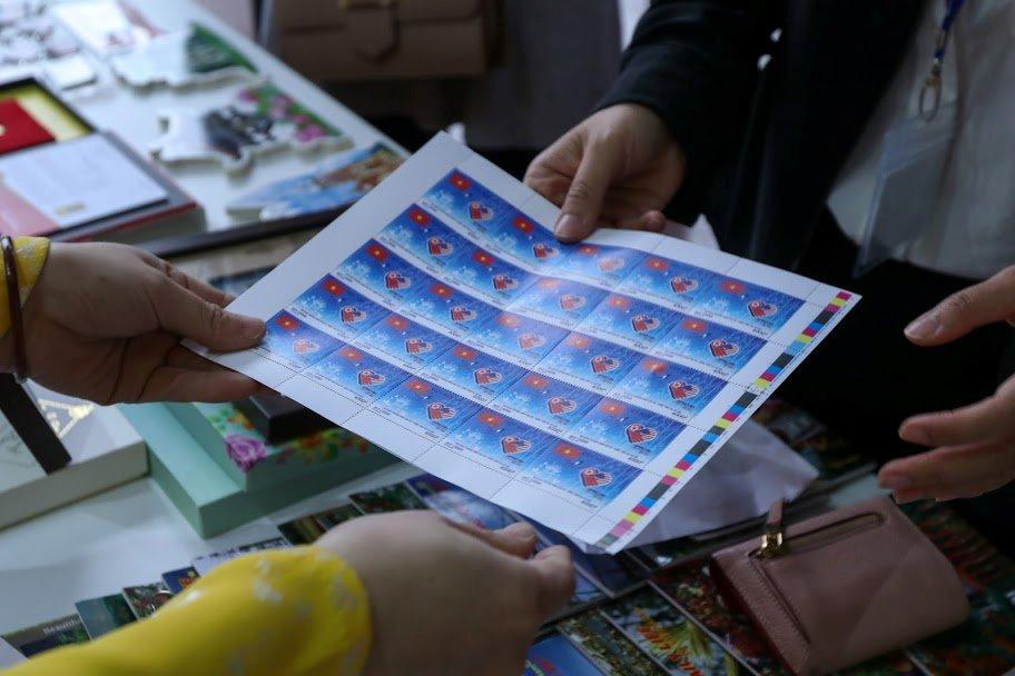 """Bán hết 800.000 bộ tem """"Chào mừng Hội nghị Thượng đỉnh Hoa Kỳ - Triều Tiên"""" chỉ sau một ngày - 4"""