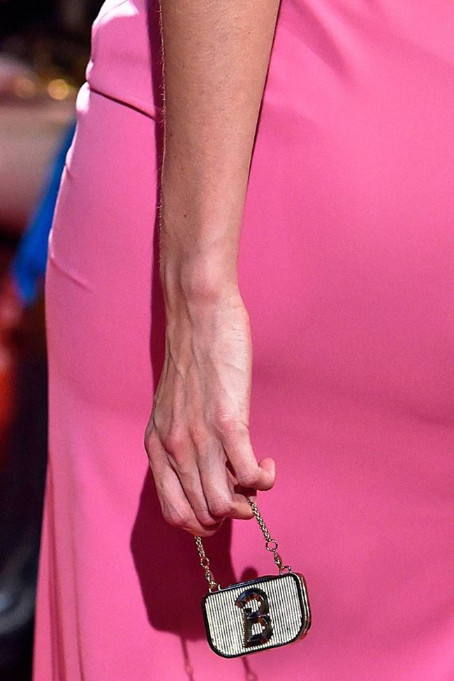 Túi xách 11 triệu đồng to bằng 3 ngón tay - 6