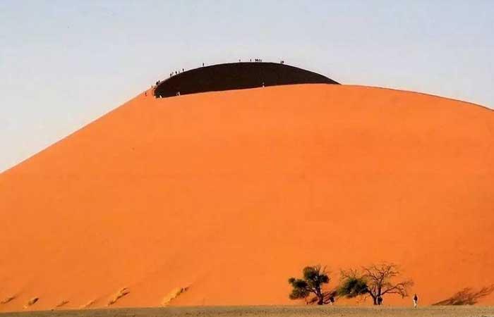 Sa mạc nguy hiểm nhất thế giới, nơi cồn cát đỏ rực mọc trên nền đất trắng như tuyết - 4