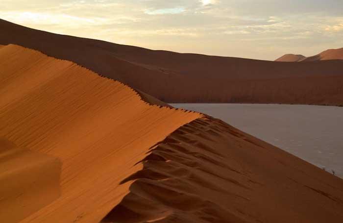 Sa mạc nguy hiểm nhất thế giới, nơi cồn cát đỏ rực mọc trên nền đất trắng như tuyết - 8