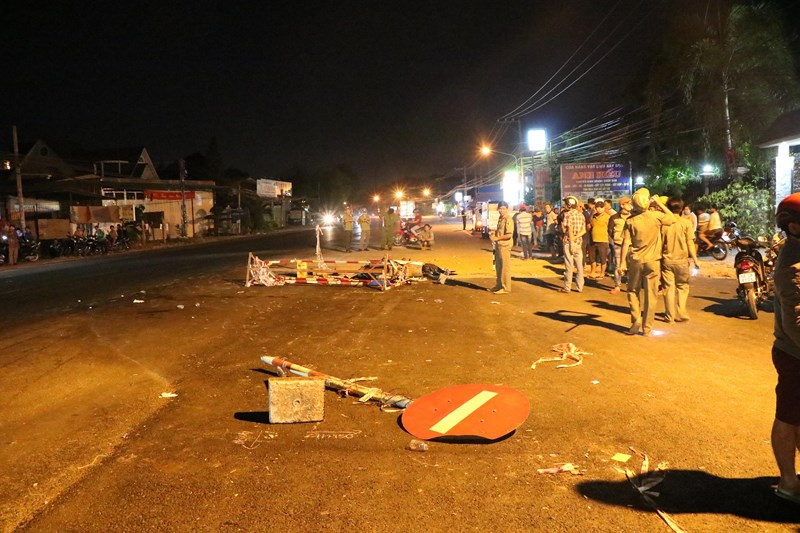 Nam thanh niên chết vì đâm phải rào chắn ở giữa đường - 1