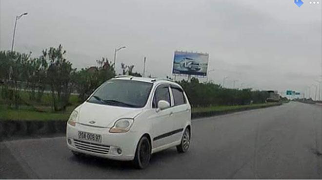 Truy tìm xe ô tô ngang nhiên đi ngược chiều trên cao tốc - 1