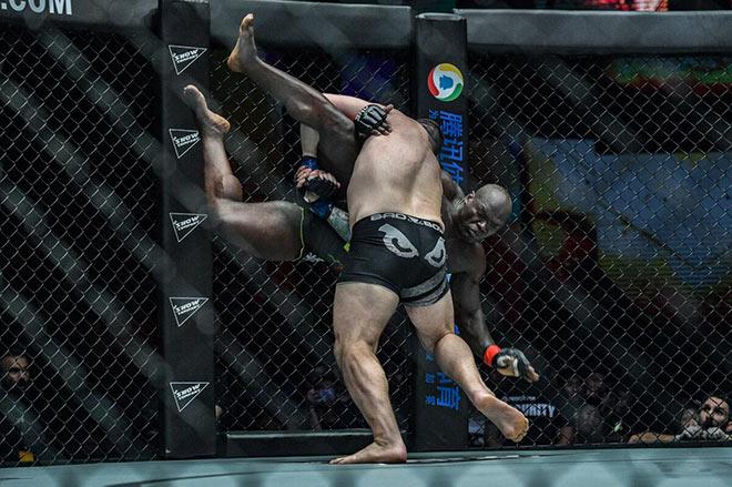 Võ sĩ MMA bị lên gối túi bụi: Bất tỉnh nhập viện sau 1 phút - 2
