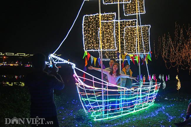 """Hình ảnh """"khu vườn ánh sáng"""" ở Hà Nội hút đông bạn trẻ đến check-in - 5"""