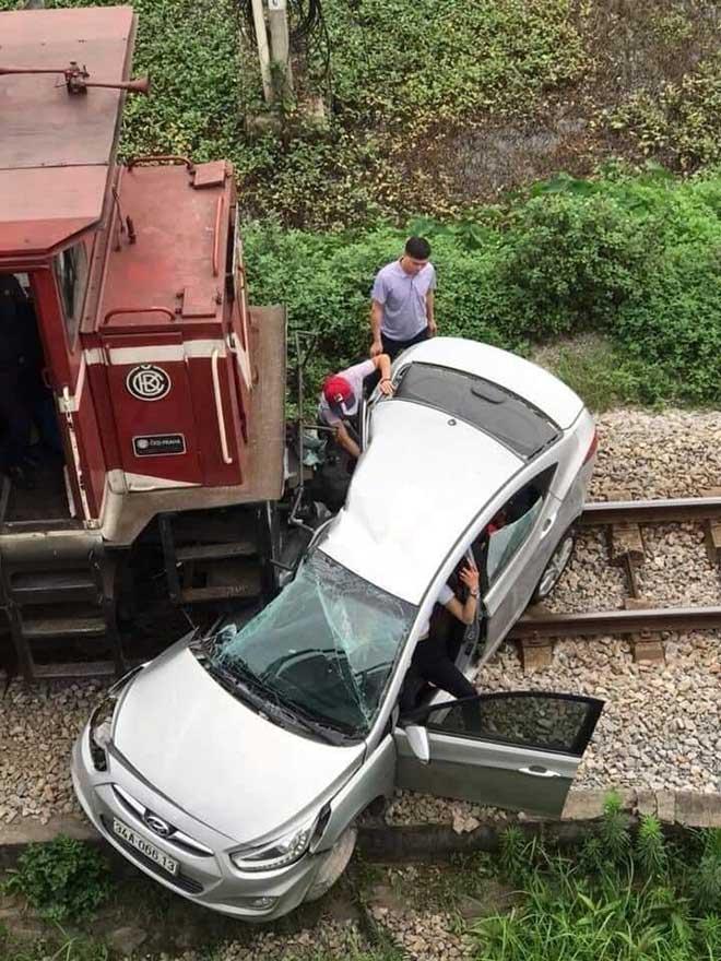 Tàu hỏa kéo lê ô tô trên đường ray, 5 người thương vong - 2