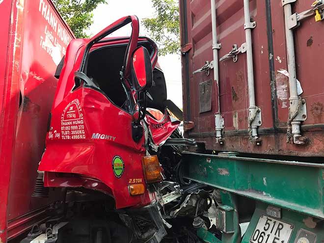 Ớn lạnh với hiện trường vụ tai nạn xe tải bị kẹp giữa 2 xe container - 2