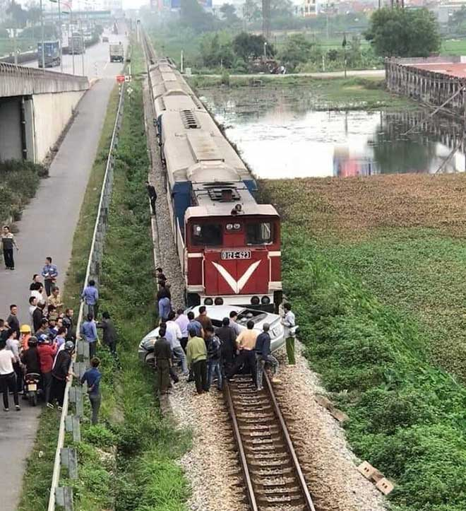 Tin mới vụ tàu hoả kéo lê ô tô trên đường ray, khiến nhiều người thương vong - 1