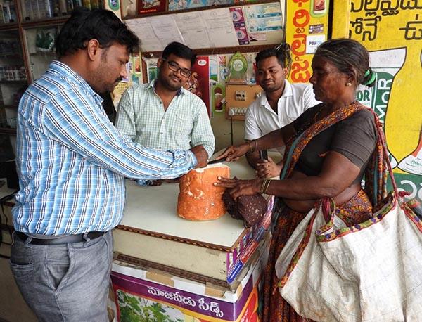 """Loại củ kỳ lạ to như khúc gỗ được bán ngập tràn và cực """"đắt hàng"""" trên đường phố Ấn Độ - 3"""