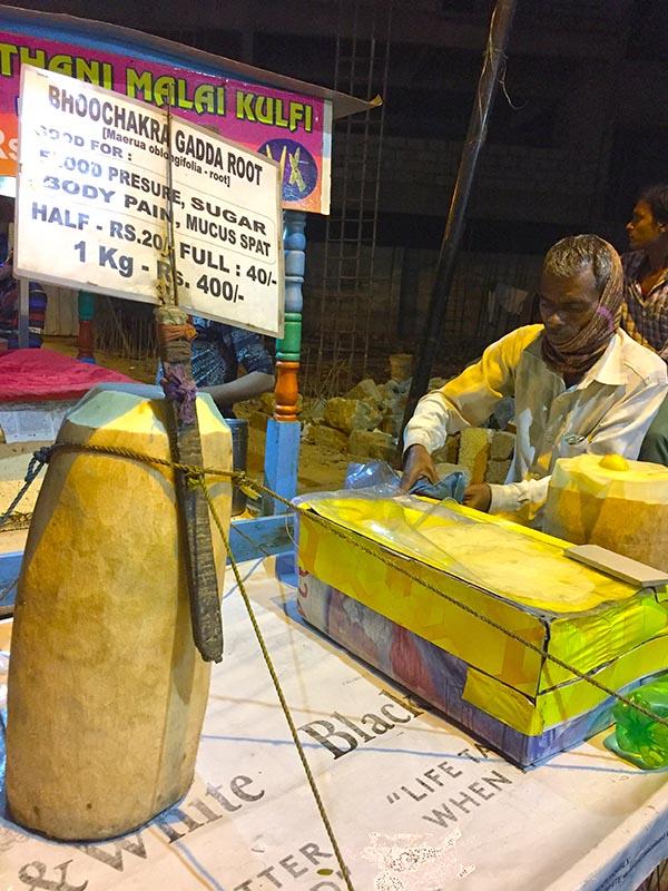 """Loại củ kỳ lạ to như khúc gỗ được bán ngập tràn và cực """"đắt hàng"""" trên đường phố Ấn Độ - 2"""