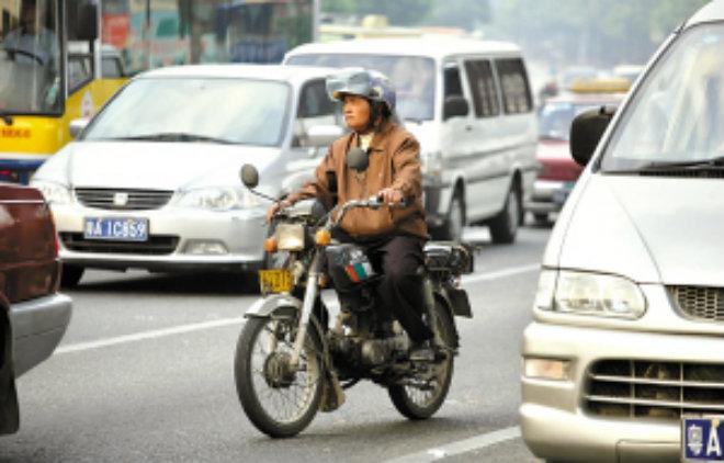 Cấm xe máy, người dân ở thành phố này phản ứng ra sao? - 2