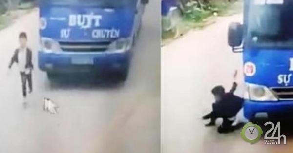 Nóng 24h qua: Bé trai thoát chết thần kỳ nhờ cú bẻ lái của tài xế xe buýt