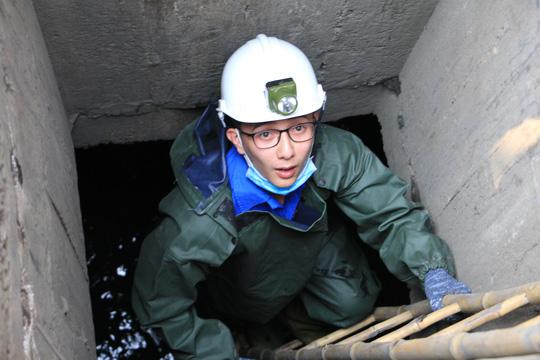 Người trẻ Sài Gòn chui xuống cống xem dưới đó có gì? - 2