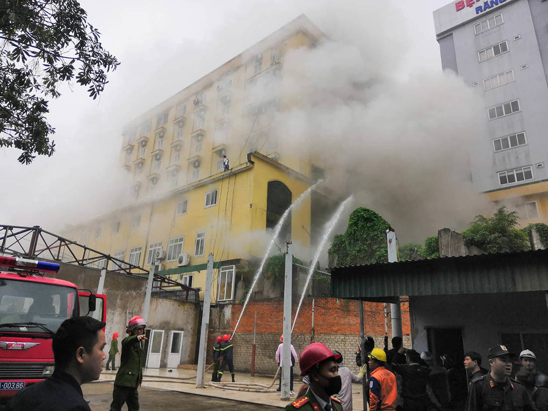 Cháy tổ hợp khách sạn lớn nhất thành Vinh: Một phụ nữ chết ngạt tại nhà vệ sinh - 1