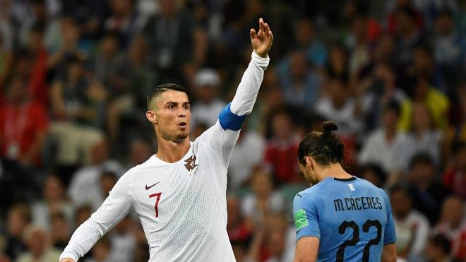 """Ronaldo tái xuất ĐT Bồ Đào Nha, bạn gái đẹp """"hở bạo"""" gây sốc triệu fan - 1"""