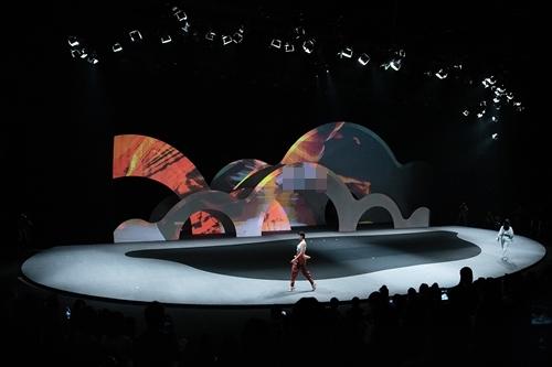 100 thiết kế mát mẻ như nước trên sàn diễn Việt - 9