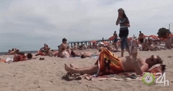 Pha troll khó đỡ của người đàn ông trên bãi biển