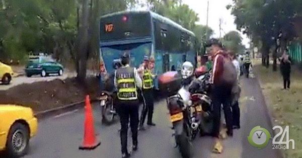 Cô gái phạm luật còn đánh ngã liên tiếp 2 cảnh sát giao thông