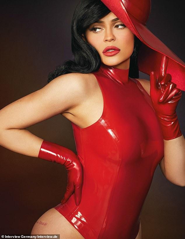 Kylie Jenner ấn tượng với quần áo cao su - 2