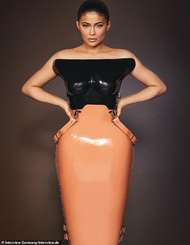 Kylie Jenner ấn tượng với quần áo cao su - 3