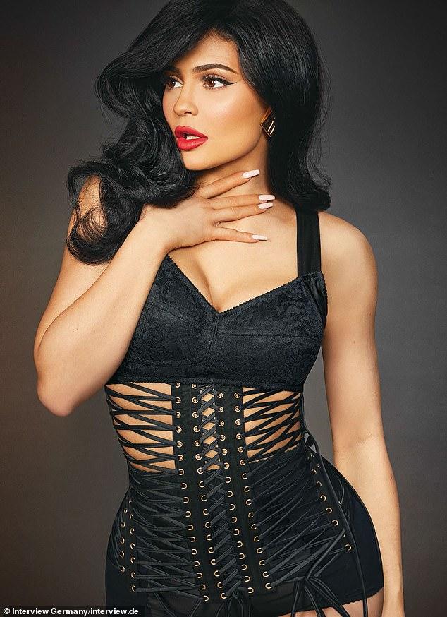 Kylie Jenner ấn tượng với quần áo cao su - 5
