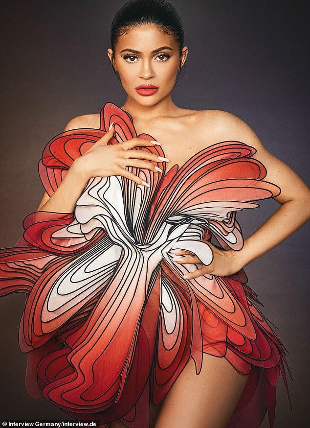 Kylie Jenner ấn tượng với quần áo cao su - 7