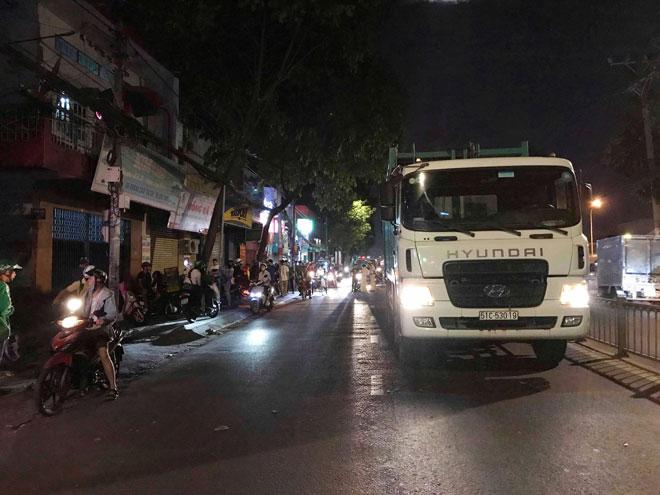 Chưa kịp ngồi dậy sau tai nạn, người phụ nữ bị xe chở rác tông chết - 2