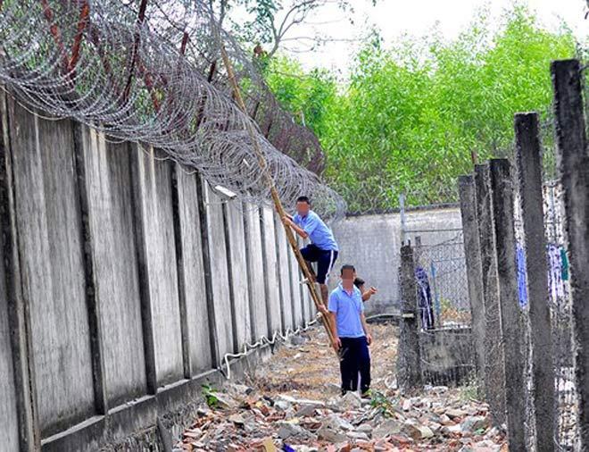 Truy bắt 4 bị can cưa ô thông gió trốn khỏi nhà tạm giữ ở Đắk Tô - 1