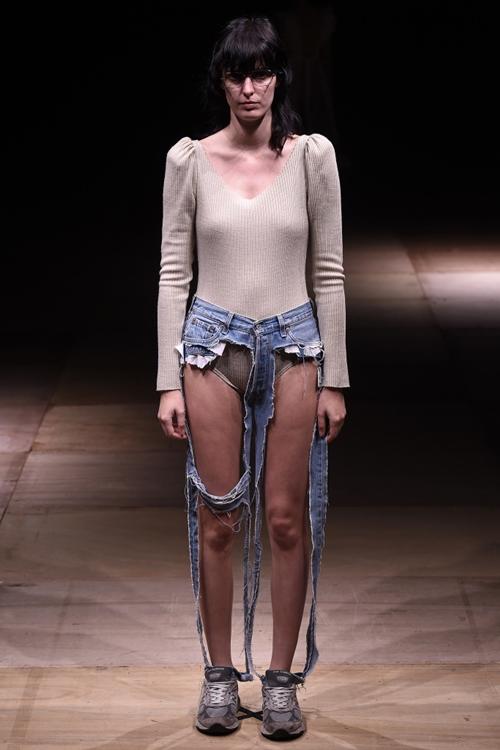 Đố ai dám liều mặc chiếc quần jean cũn cỡn như quần chip - 4