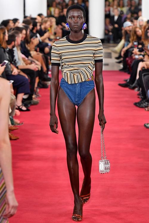 Đố ai dám liều mặc chiếc quần jean cũn cỡn như quần chip - 2