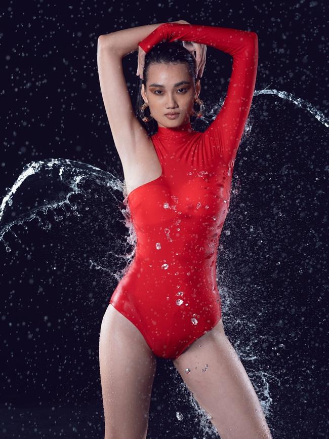 Võ Hoàng Yến cùng học trò 20 tuổi mặc đồ bơi tạo dáng gây tranh cãi