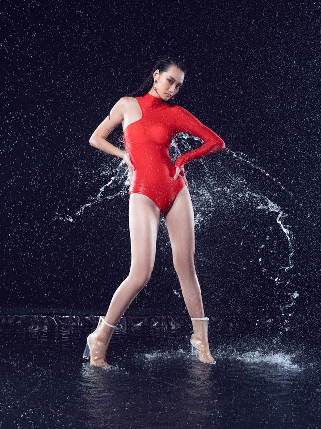 Võ Hoàng Yến cùng học trò 20 tuổi mặc đồ bơi tạo dáng gây tranh cãi - 6