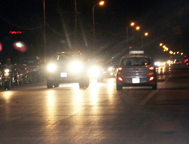 Tăng mức phạt đối với hành vi không thắt dây an toàn và sử dụng đèn chiếu xa trong đô thị - 1