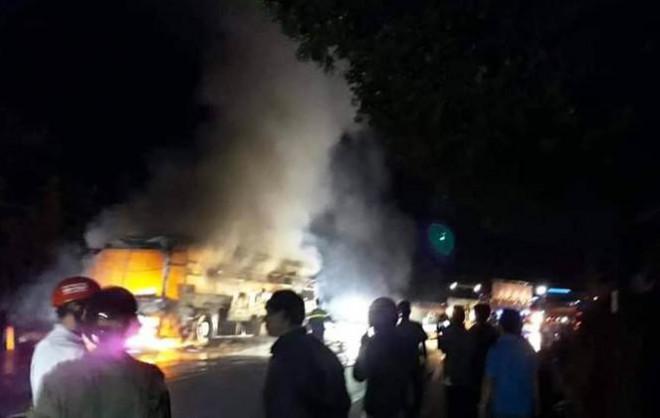 Xe khách giường nằm bị nổ lốp, cháy rụi trên Quốc lộ 20 - 2