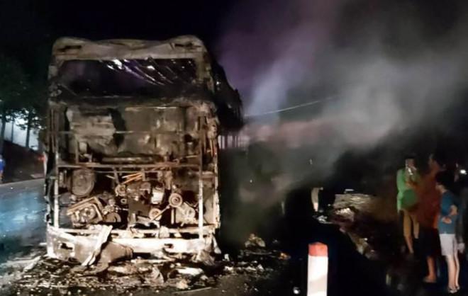 Xe khách giường nằm bị nổ lốp, cháy rụi trên Quốc lộ 20 - 5