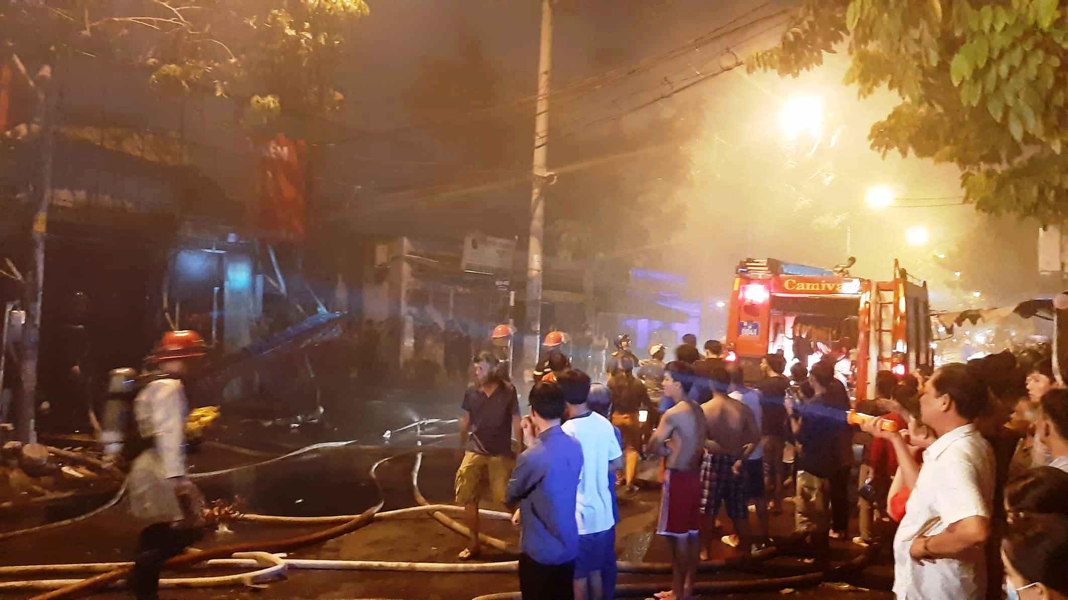 """""""Biển lửa"""" nhấn chìm 9 ki ốt ở Sài Gòn, nhiều tài sản thành tro - 3"""