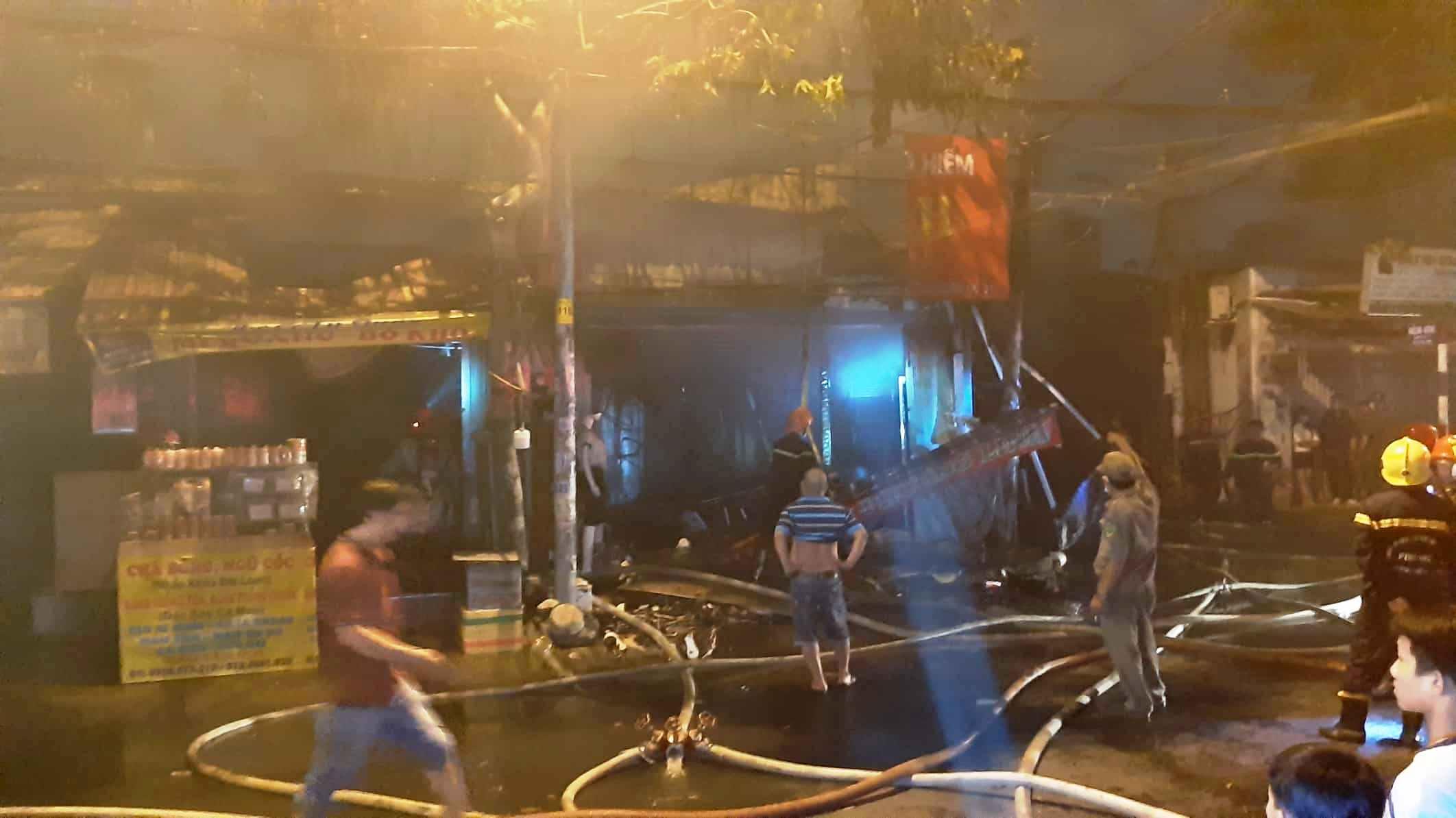 """""""Biển lửa"""" nhấn chìm 9 ki ốt ở Sài Gòn, nhiều tài sản thành tro - 4"""