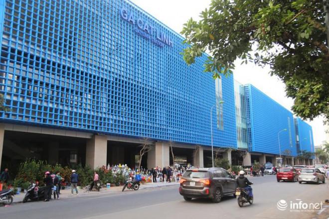 Vỉa hè, sân nhà ga đường sắt trên cao Cát Linh - Hà Đông thành chợ hoa Tết - 1