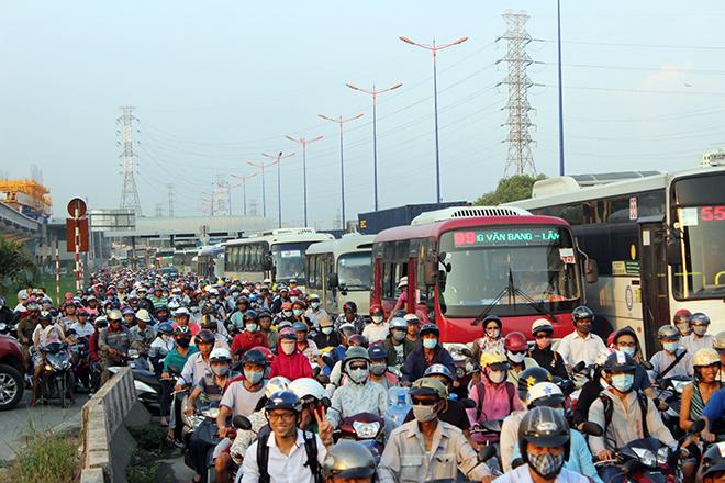 Ngộp thở với hình ảnh kẹt xe không lối thoát ở cửa ngõ Sài Gòn ngày cận Tết