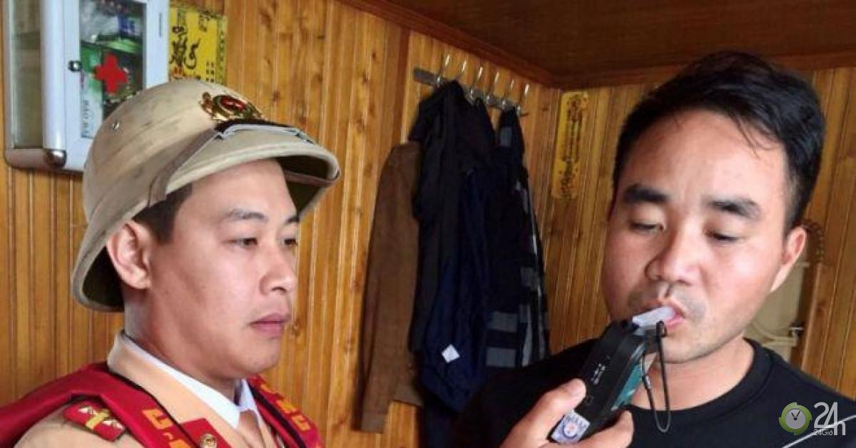 CSGT xuống sông phạt 'ma men' lái tàu thủy ở Bắc Ninh - Tin tức 24h