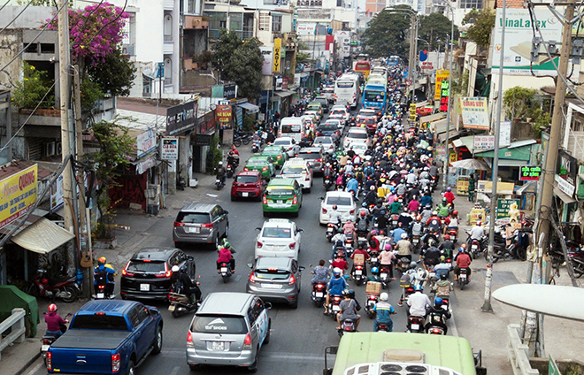 Người dân ùn ùn về quê ăn Tết, mọi đường vào bến xe miền Đông kẹt không lối thoát - 2