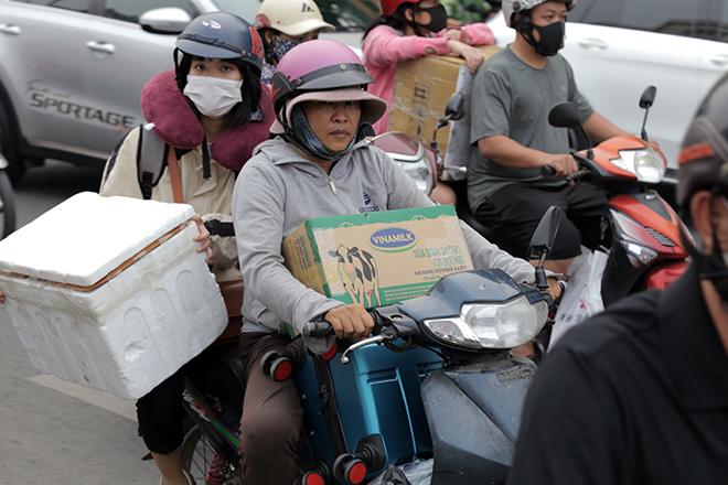 Người dân ùn ùn về quê ăn Tết, mọi đường vào bến xe miền Đông kẹt không lối thoát - 6