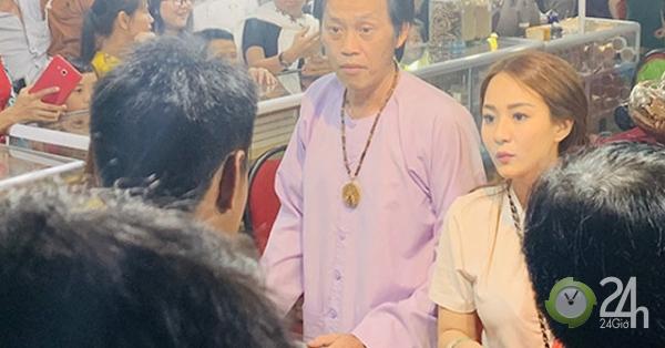 Rời đền Tổ 100 tỷ, Hoài Linh bất ngờ đi bán trầm hương ở hội chợ - Giải trí