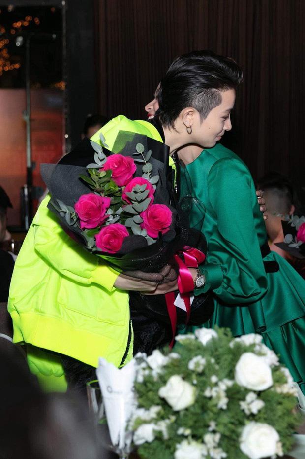 """Hoàng Thuỳ Linh lần đầu tiên công khai ảnh ôm ấp """"người yêu tin đồn"""" - 1"""