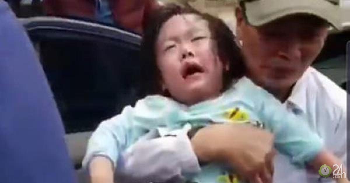 Hi hữu ngày Tết: 2 bé gái mắc kẹt trong ô tô vì bố... quên chìa khóa - Tin tức 24h